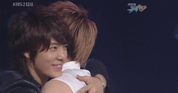 Donghae hug...?? winning smile!