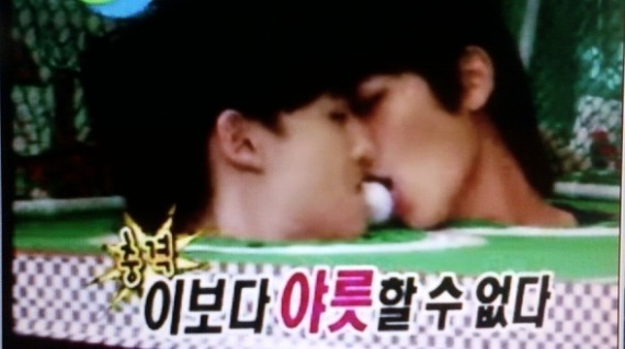 sweet moment between Khunie and Minho (Idol show)...love u both KhunMin!