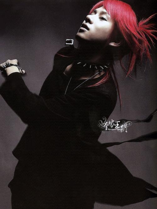 dengan rambut merahnya